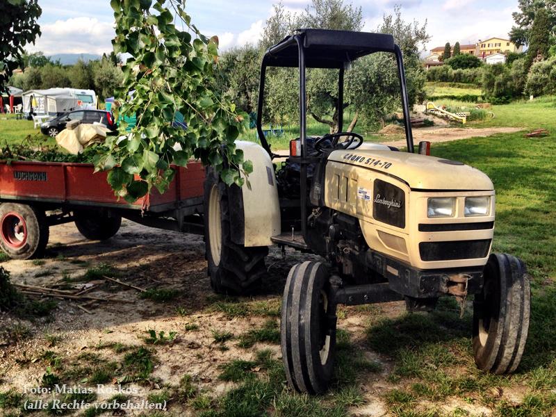 Die Gärtner auf dem Campingplatz Cisano arbeiten mit einem Lamorghini-Traktor
